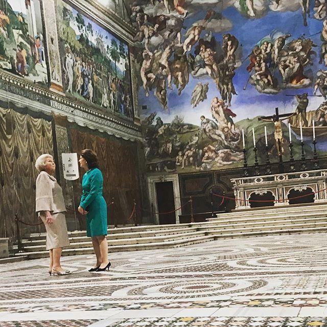 Prinsessan Beatrix av Nederländerna och Drottningen i Sixtinska kapellet. Drottningen är i Vatikanstaten för att delta i ett seminarium om drogmissbruk bland unga. Under gårdagskvällen invigde Drottningen även en utställning i Vatikanmuseet. 'Rembrandt and the Vatican – images from heaven and earth' visar ett 50-tal etsningar av 1600-talsmästaren Rembrandt inlånade från Zornmuseet i Mora samt oljemålningar inlånade från en holländsk privatsamling.  Princess Beatrix of the Netherlands and the…