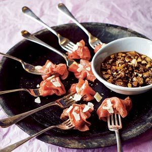 ** TAPAS: Carpacciorolletjes met rodeportsaus van port, tijm, rozemarijn en paddestoelen. Kan ook zonder de portsaus, maar dan met de vaak bijgeleverde saus en parmezaanse kaas. (*)