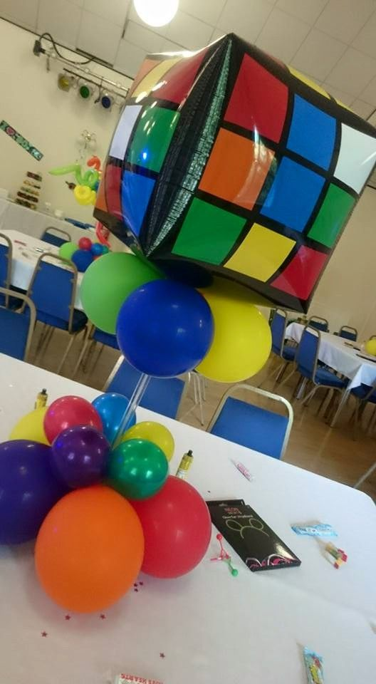 Rubik 39 s cube balloon centerpiece balloons 80 39 s theme for 80 s table decoration ideas