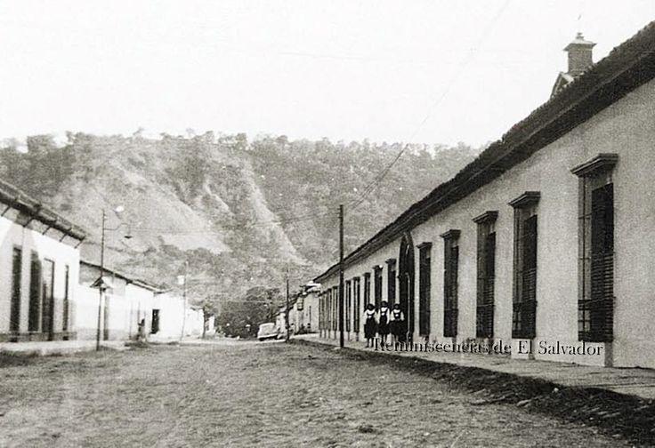 Alumnas en la entrada principal del Colegio Santa Ines, de santa Tecla fundado en 1906 .y ubicado en la actual 3 Avenida Sur 3-2 de esa ciudad, al fondo La Cordillera del Bálsamo,