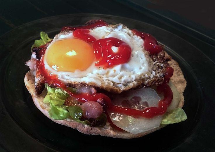 Club sendvič  Domaci houska pečena v peci,grilovaná kuřecí prsa,grilovana slanina, vejce, dresing, salátové listy