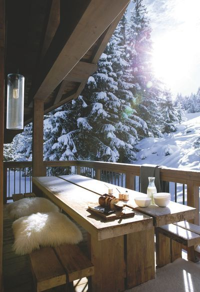 Terrasse cocooning avec vue sur les pistes (Cocooning on the deck with a view over the trails)