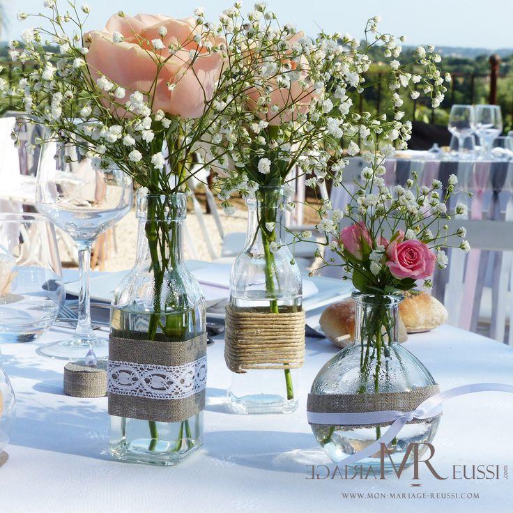 Centre de table mini vases en verre, vase bouteille huile et vase bouteille à la mer, dentelle, lin, ruban de satin et cordette, roses et gypsophile