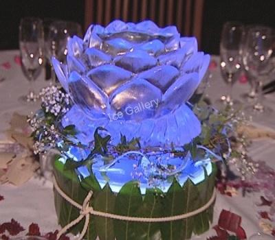 Δημιουργήστε μια ρομαντική ατμόσφαιρα, τοποθετώντας λουλούδια από πάγο, για την διακόσμηση των τραπεζιών. Φωτισμένα σε αποχρώσεις που συμβάλουν στην πραγματοποίηση της δεξίωσης που έχετε ονειρευτεί.