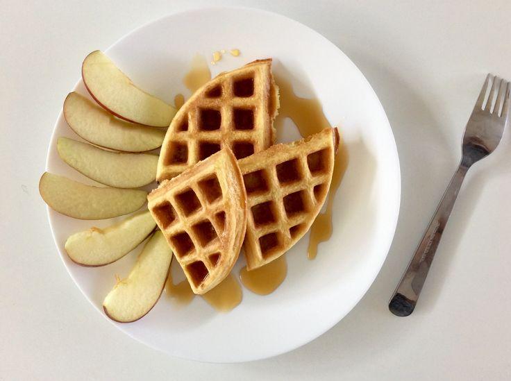 Vafle z kokosové mouky, másla a vajec s javorovým sirupem a jablkem