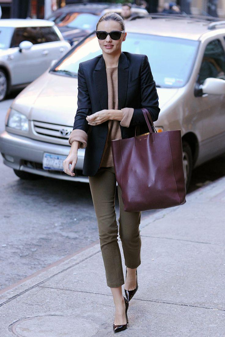 shopping y looks de oficina inspirados en las celebrities: Miranda Kerr con un bolso granate