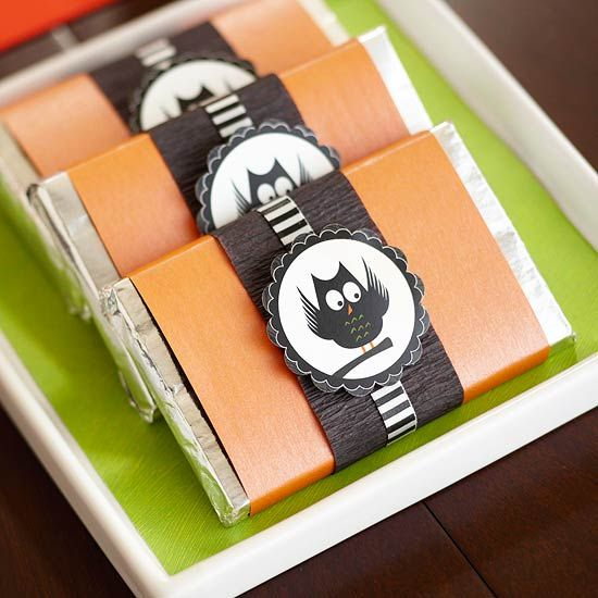 Dress up candy bars for a fun Halloween party gift! More party ideas: http://www.bhg.com/halloween/parties/fun-halloween-party-printables-party-ideas/?socsrc=bhgpin101513halloweencandybars&page=7