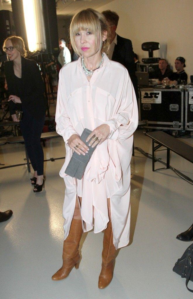 Herečka Kateřina Herčíková tentokrát velmi příjemně překvapila. Její nápaditý outfit, růžové košilové šaty a hnědé kozačky, byl zajímavým zp...