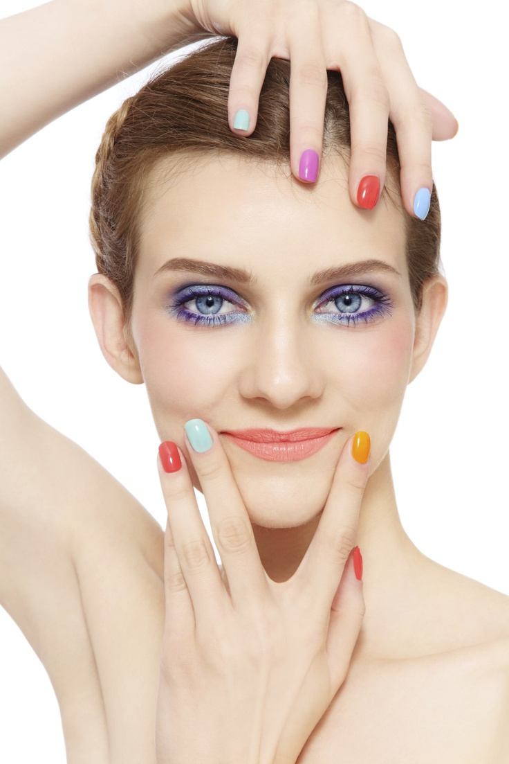 In sezonul cald opteaza pentru un model de unghii colorate de vara in nuante vii! Iti propunem un model de unghii colorate in nuante de belu, violet, portocaliu si roz.