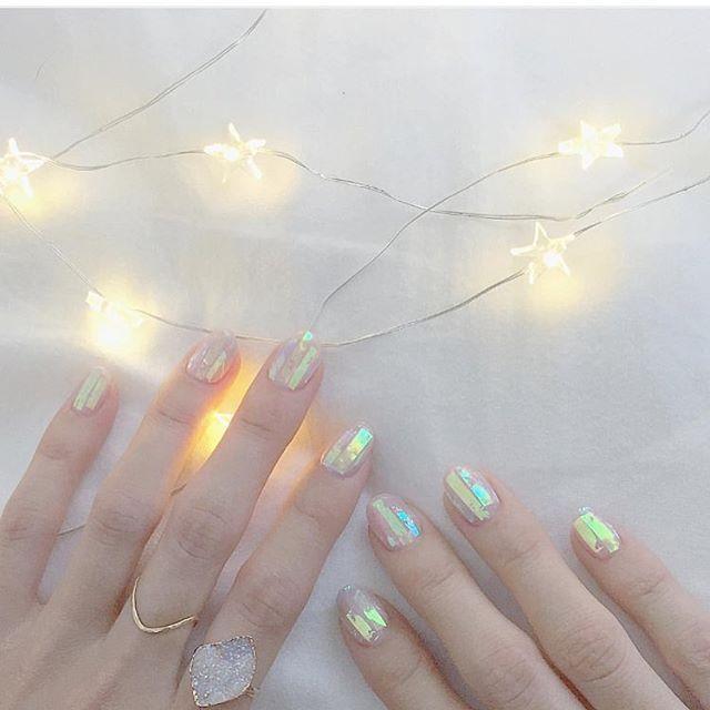 今回ご紹介するのは@marina_sudouさんのネイル。 暖かい日の光と影を表現したようなアートネイルが クリスマスムードをより一層高めてくれるはず。  #regram #locari #locari_nail #ロカリ #ロカリネイル  #ネイル #ネイルデザイン #ネイルアート #トレンドネイル #アートネイル #光と影 #nail #naildesign #nailart