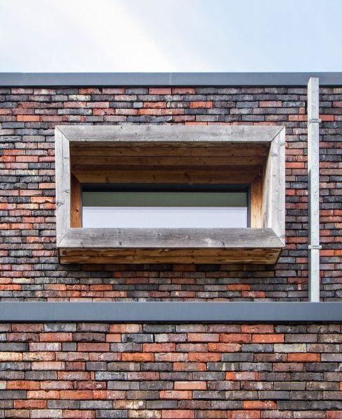 Deze knappe nieuwbouwwoning staat op de gerecupereerde funderingen en kelder van een oude rijwoning • Architect: ESIA (houtskeletbouw • modern • houten raamprofiel)