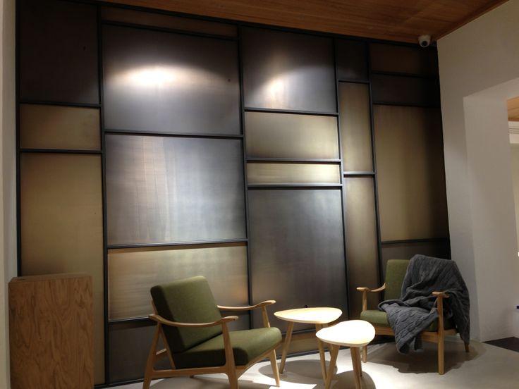 Rivestimento parete in metallo: struttura tubolare in ferro naturale e lamiere con finitura nichel/bronzo satinato, by Penta Systems. (www.pentasystems.it)