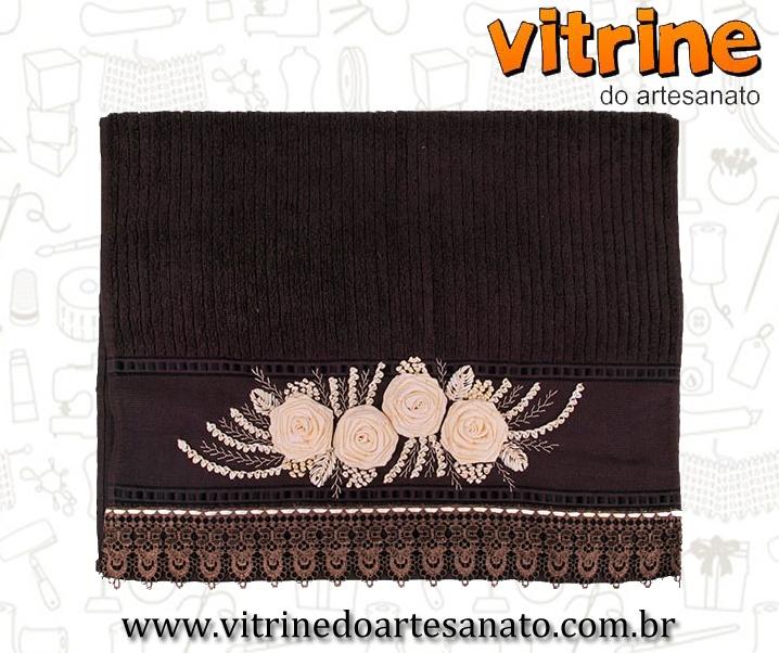 Toalha Rosa Cheia bordada feita pela artesã Zilda Mateus para a Vitrine do Artesanato.