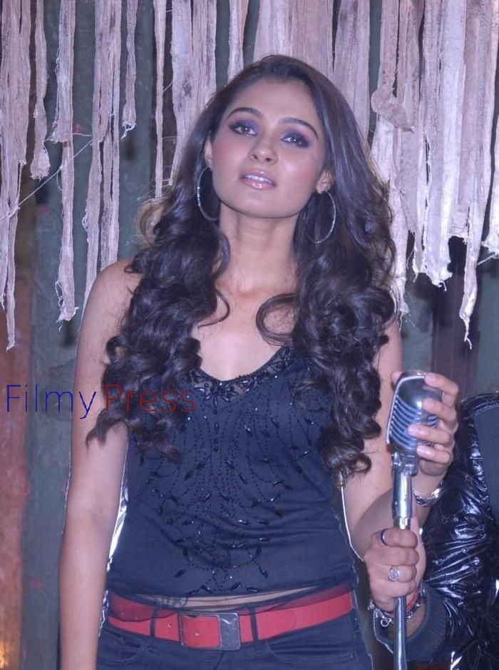 Andrea Jeremiah Hot Stills In Endrendrum Punnagai Movie