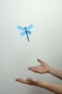 TIEMPO DE LIBÉLULAS Construye una libélula que vuela propulsada por una goma elástica. Para ello solo tendrás que dar un buen número de vueltas a sus alas superiores y soltarla.     Material necesario . Alambre . 2 cuentas de plástico o madera (de distinto tamaño) . Un tubo de plástico de unos 7 cm de longitud . Una goma elástica . Un trocito de limpiapipas