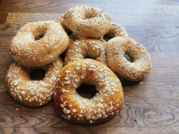 Hjemmebagte bagels med fuldkorn er helt perfekte til en god frokost. Du kan fylde dem med lige det du ønsker - få opskriften her.