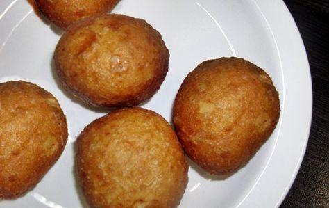Soet, ronde Afrika vetkoek Bestanddele 7 koppies koekmeel (nie bruismeel) 2 teelepels sout 4 eetlepels suiker 1 pakkie Gis (10g) Louwarm water Kookolie (vir braai) Metode: In 'n koppie gooi d…