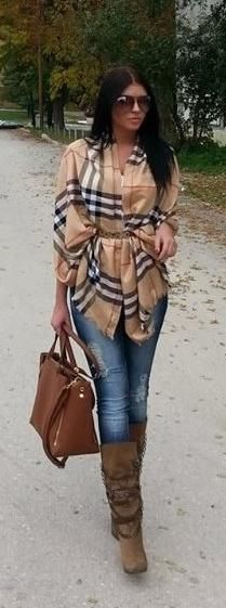 Jeans pitillo, botas pelo, bufanda burberry's y cinturón por encima.
