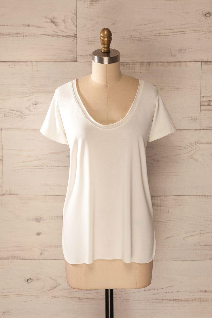 Paresse et confort se doivent d'aller de pair ! Laziness and comfort should go side by side! White round neck loose t-shirt www.1861.ca