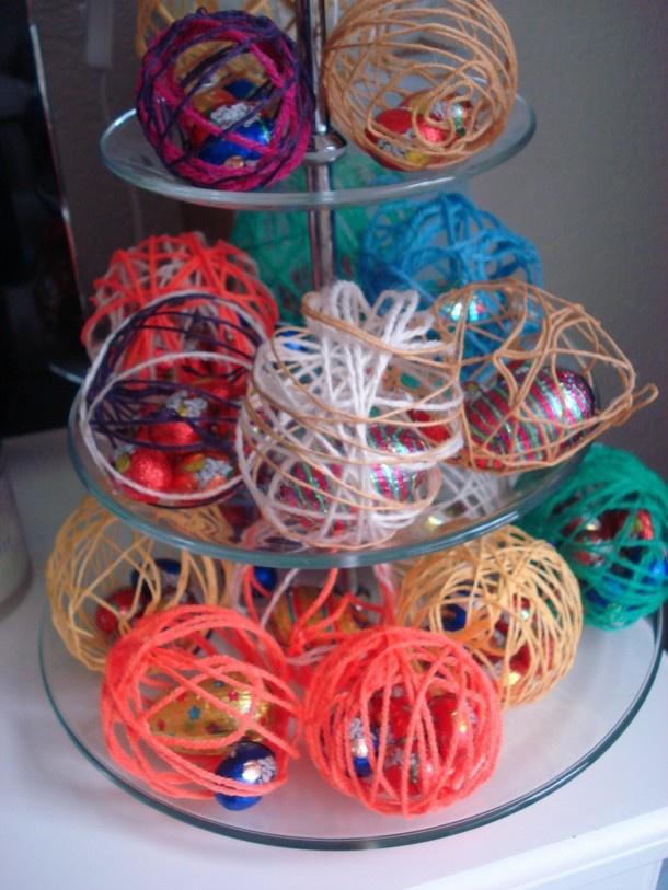 Leuk voor Pasen: kleine ballon insmeren met vaseline, daarna met behangselplak draden eroverheen. Laten drogen, ballon kapot maken, klaar!