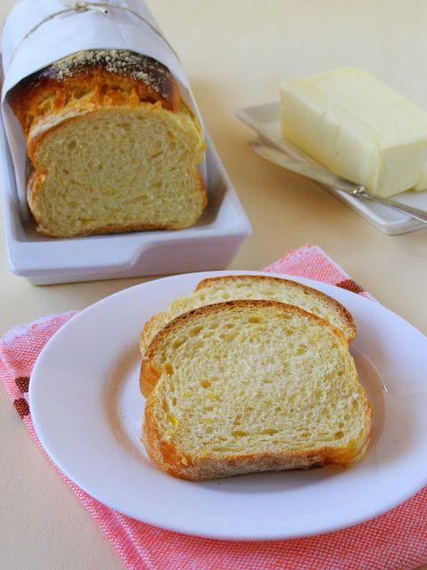 PÃO DOCE DE MILHO - 1/2 k de far. de trigo, 1/2 lata de leite condensado, 1/2 lata de milho verde, 2 ovos, 2 col.(sp) de margarina, 1 colher (sp) de leite em pó, 1/3 xíc. (chá) de leite, 10 gr de fermento seco, 1 pitada de sal. Bata no liquidificador (menos a farinha). Despeje na vasilha e junte a farinha. Sove e deixe descansar até dobrar volume. Sove novamente, enrole como .rocambole, coloca em 2 formas c/ papel manteiga untado e enfarinhado c/ fubá, descansar 1 h, pincele gema, salpique…