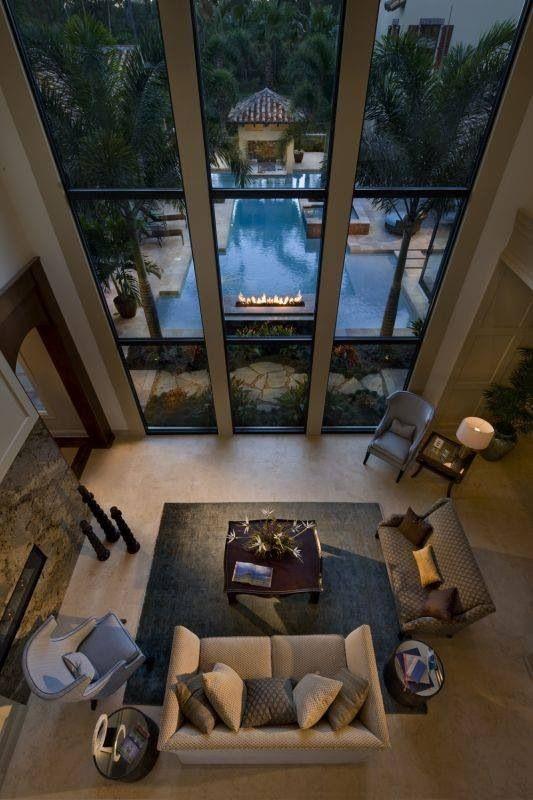 Casa con techo alto y ventanal frente a la #piscina. #lujo #vistas