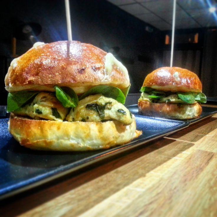 """Café Snack, pains à burger et frites maison.  """"Poulet façon thaï, fromage de brebis et coeur de piment"""" Restaurant sur place • à emporter. #cafesnacklesmenuires #lesmenuires #fritesmaison #painmaison #gourmandise #burger"""