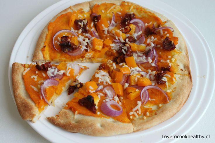 Ik ben dol op pizza, maar pizza staat nu eenmaal gelijk aan veel calorieën. Daarom ben ik ook zo blij met de kant-en-klare bloemkool pizzabodems die nu in de winkel verkocht worden. Er zitten minde…