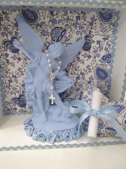 Relicário em mdf com a imagem do Anjo Miguel, acompanha almofada em formato de coração com a orção do anjo da Guarda e mini terço. R$50,00