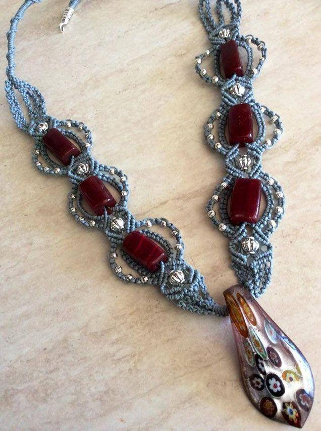 Collana con pietre bordò in vetro e ciondolo in vetro murrina. Perle in argento tibetano macramè