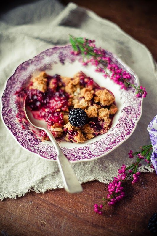 Blackberries, apple and marzipan crumble by Pieprz czy Wanilia