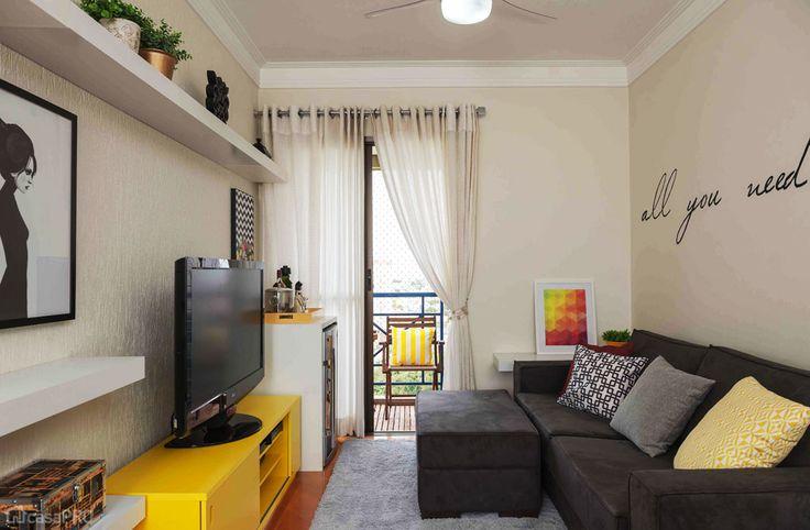 O ambiente é um hall integrado à sala de estar e jantar, totalizando 17,95 m². Projeto de Ana Paula Barros.
