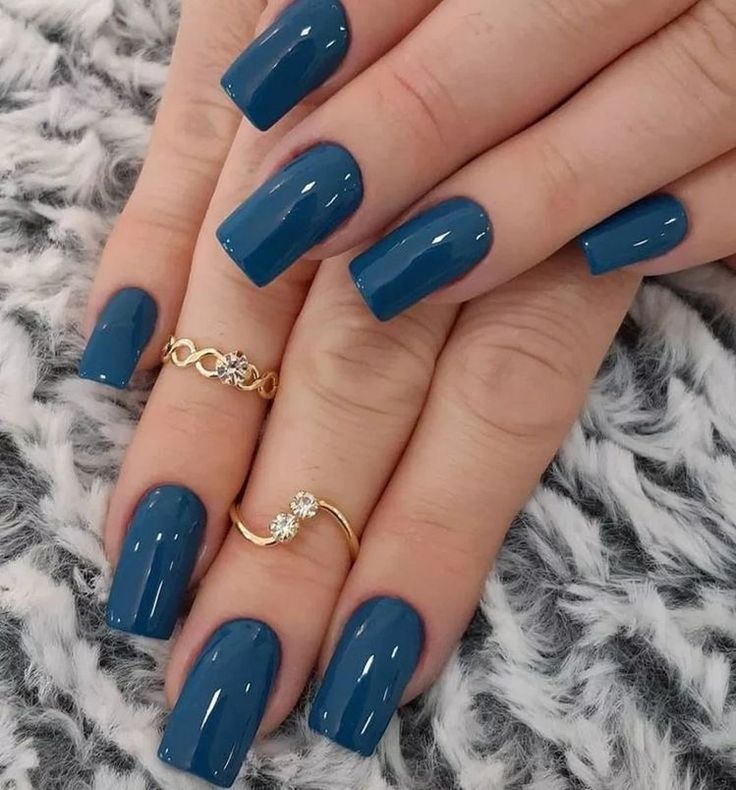 Esmalte lindo com a tonalidade azul. Unha ideal para aniversário ou casamento. 😍