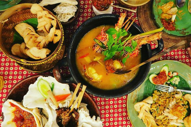 いやびっくり インドネシアのご飯はすごく深かった 舌では解析が追いつかない旨味やハーブやスパイスの嵐 インドとアジアのいいとこ取りしてるんじゃないか 機会があるならば料理教室に通いたいくらい きっと島ごとの味もあるのだろう そしてテーブルウェアも気になる気になる  シンガポールで舌に風穴が空いていたから尚更だった . . #indonesianfood #food #dinner #foodie #lobster #spice #美味しい #インドネシア料理 #世界のごはん #夜ごはん #テーブルウェア #スパイス補給