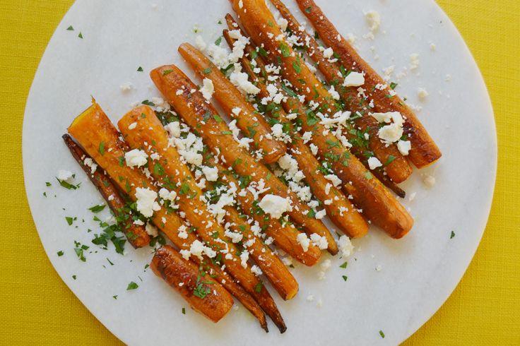 Dit is een heerlijk en makkelijk recept voor geroosterde worteltjes met peterselie en feta. Zo eet je je groenten eens op een andere manier!