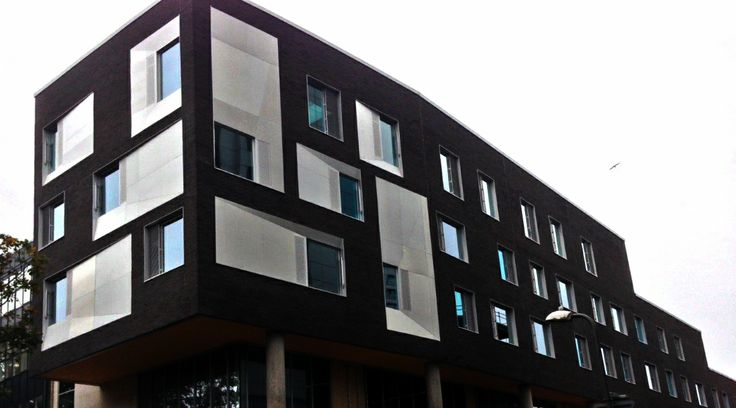 Portsmouth University has used Freshfield Lane Anthracite Facing bricks to highlight the linear fenestration of the facade.