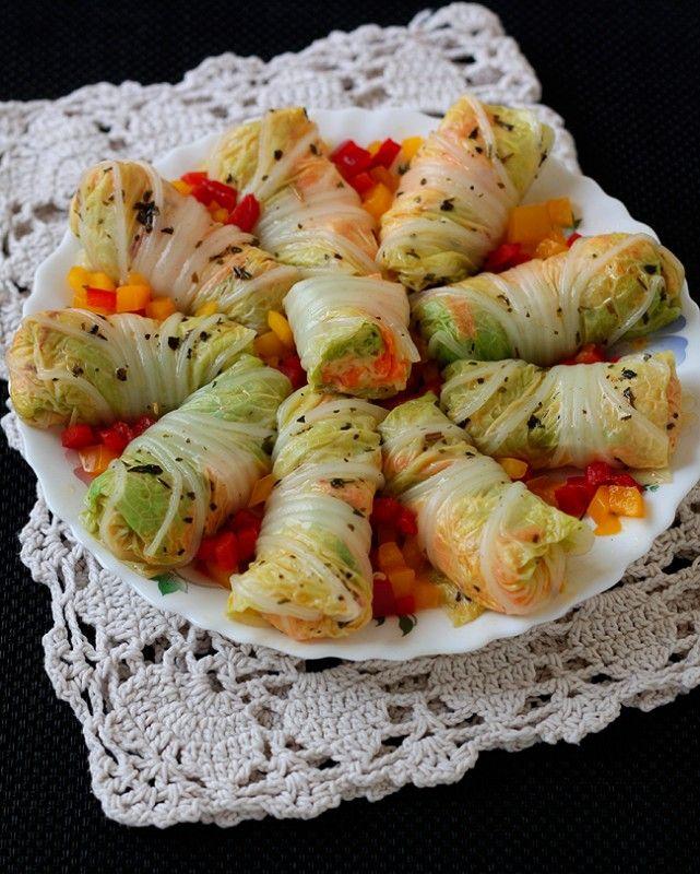 Рулеты из китайской капусты с сыром и овощами