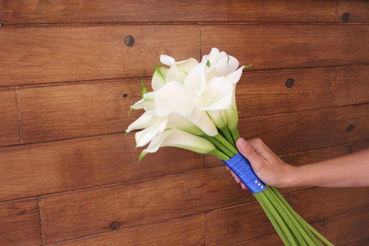 Un sencillo ramo de calas blancas con empuñadura en lazada azul a juego con el vestido de la novia  #ramosdenovia #unico #exclusivo #diseño #flores #azul #calas #arreglosflorales #novias #celebracion #leavesdesign