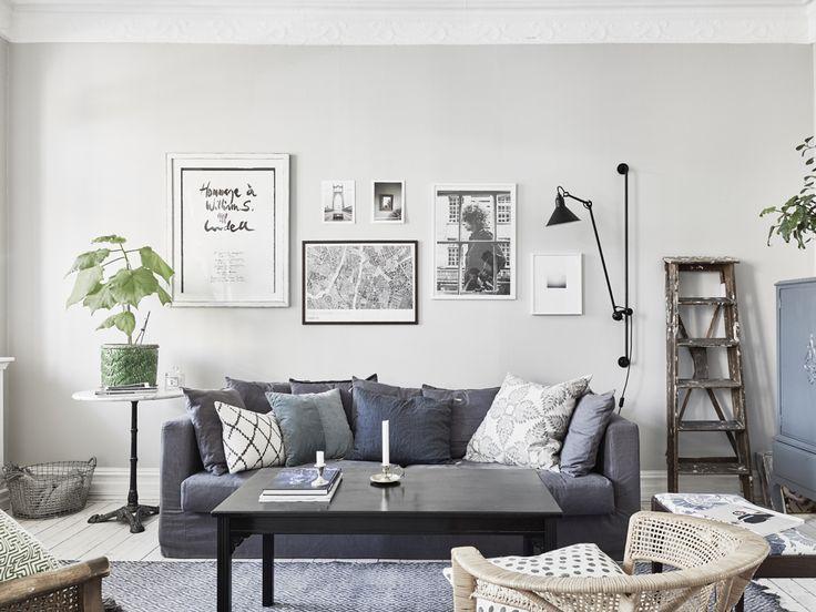 Snyggväggfärg! Snyggt kombinerat. Lite för murrigt med mörk soffa, mörkt bord, grå matta... i alla fall för mig;-)) Johanna Bradford's home. Photo: Anders Bergstedt for Entrance