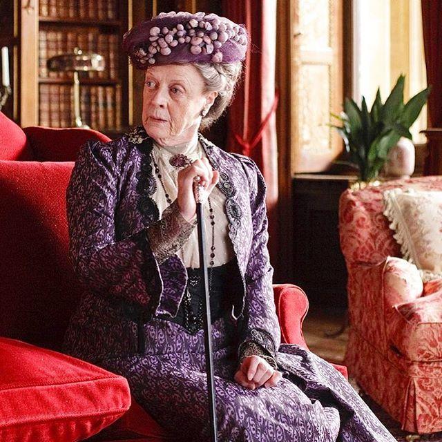 Downton Abbey diventa un film?  Sembra sempre più probabile che le riprese inizino nel 2018. I fan saranno però delusi perché Lady Violet non ci sarà. L'attrice Maggie Smith infatti ha sempre detto che non parteciperà a nessun progetto cinematografico:Già alla fine dell'ultima serie la contessa doveva avere almeno 110 anni! E per dire tutta la verità quei corsetti sono un'agonia. La famiglia Crawley dovrà fare a meno del personaggio preferito di tutta la serie...  #MCInstanews #MaggieSmith…