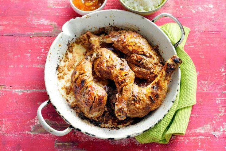 De kip snijd je in, daardoor trekt de kruidige yoghurt extra goed in het vlees - Recept - Allerhande