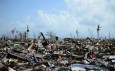 Tacloban, ile de Leyte, côte orientale des Philippines, 11 novembre 2013. Une survivante parmi les debris, apres le passage du super-typhon Haiyan © Noel Celis / Agence France-Presse