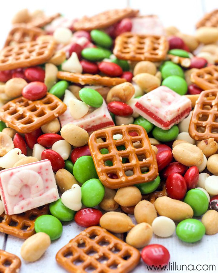 Delicious Christmas Snack Mix - perfect for parties! { lilluna.com }