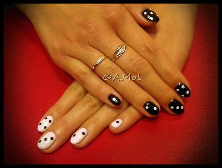 Manicure hybrydowy black and white - kostki do gry