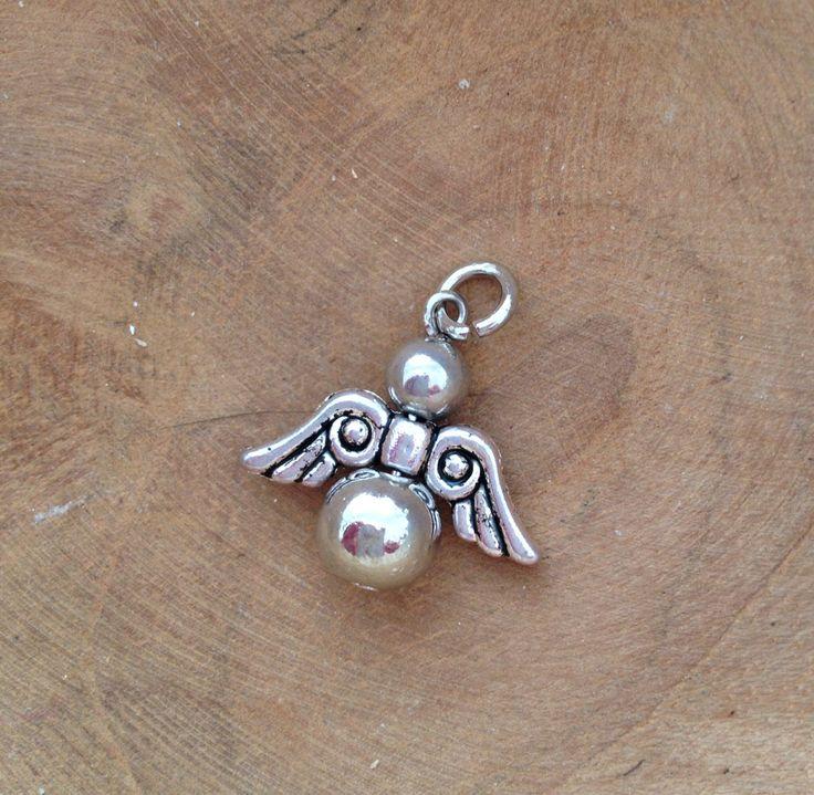 Engel met stoere vleugels van 6mm en 8mm metalen ronde kralen. Van JuudsBoetiek; €2,50. Wil je er een ketting bij? Vraag naar de mogelijkheden! Bestellen kan via juudsboetiek@gmail.com. Kijk ook eens op www.juudsboetiek.nl.