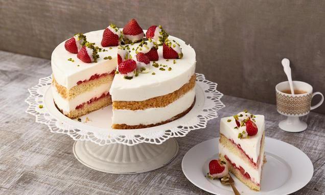 Eine sahnige Torte mit frischen Erdbeeren und einer leckeren Joghurtcreme