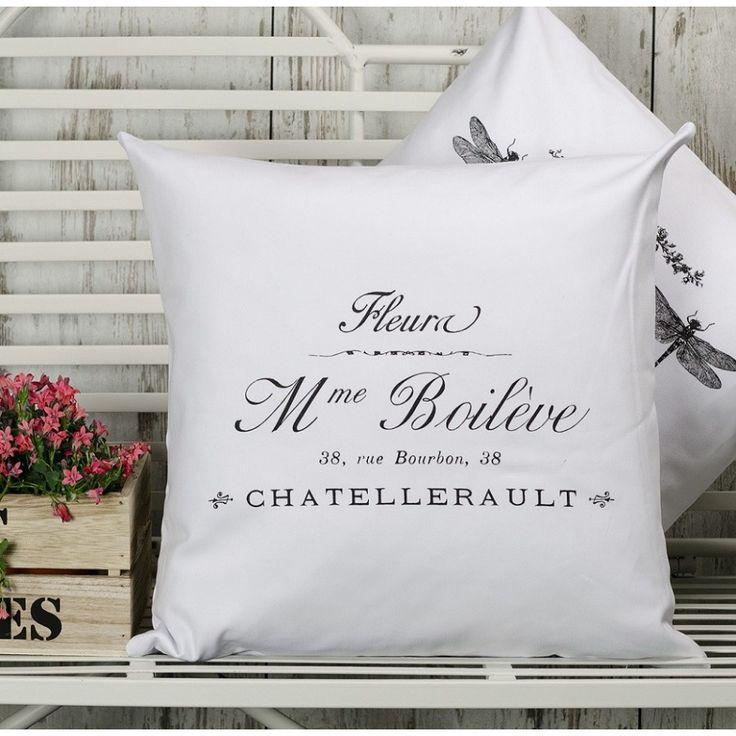 Biała poduszka Madame w stylu francuskim marki French Home, ozdobiona czarnym napisem ładną czcionką, doda uroku w nie jednym wnętrzu.