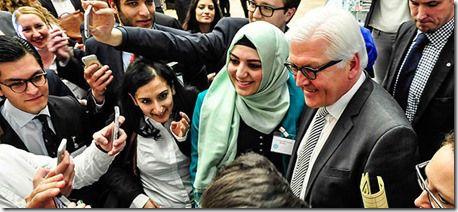 Bundesaußenminister Frank-Walter Steinmeier (SPD) mit Teilnehmern der Veranstaltung #Weltweitwir : Diversität im Auswärtigen Amt, von Auswärtiges Amt & deutsch plus. #interkulturell #transkulturell #metissage