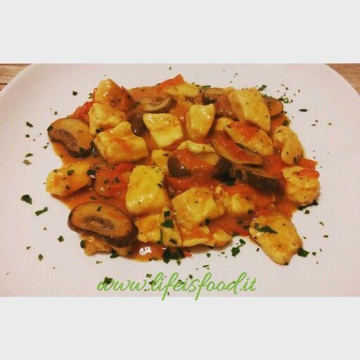 Bocconcini di pollo con pomodorini e funghi crema --> questa ed altre ricette sulla pagina Facebook lifeisfoodblog