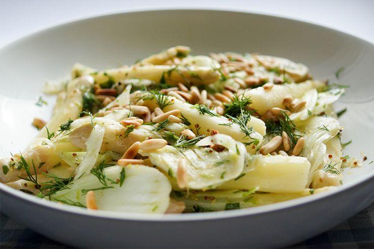 Dieses Rezept für Spargel-Salat mit Fenchel funktioniert auch gut mit grünem Spargel, wenn man außerhalb der Spargelsaison Lust auf diesen Salat hat. Der weiße Spargel ist übrigens weiß, weil er di…